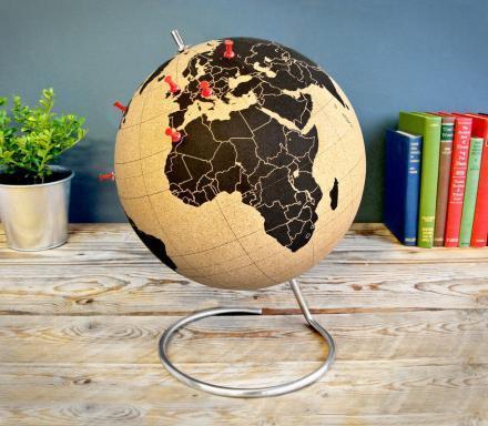 Оригинальный пробковый глобус для любителей путешествовать Канцелярскими кнопками можно отмечать страны где удалось побы