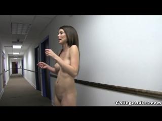 ENF, CMNF, OON, стеснительная эксгибиционистка  девушка раздевается догола прямо в коридоре колледжа