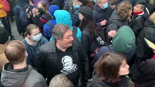 Писатель Дмитрий Быков на акции протеста в Москве.