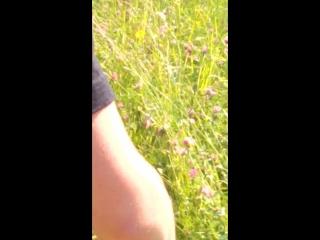 подсмотренное видео за писсающими в кустах