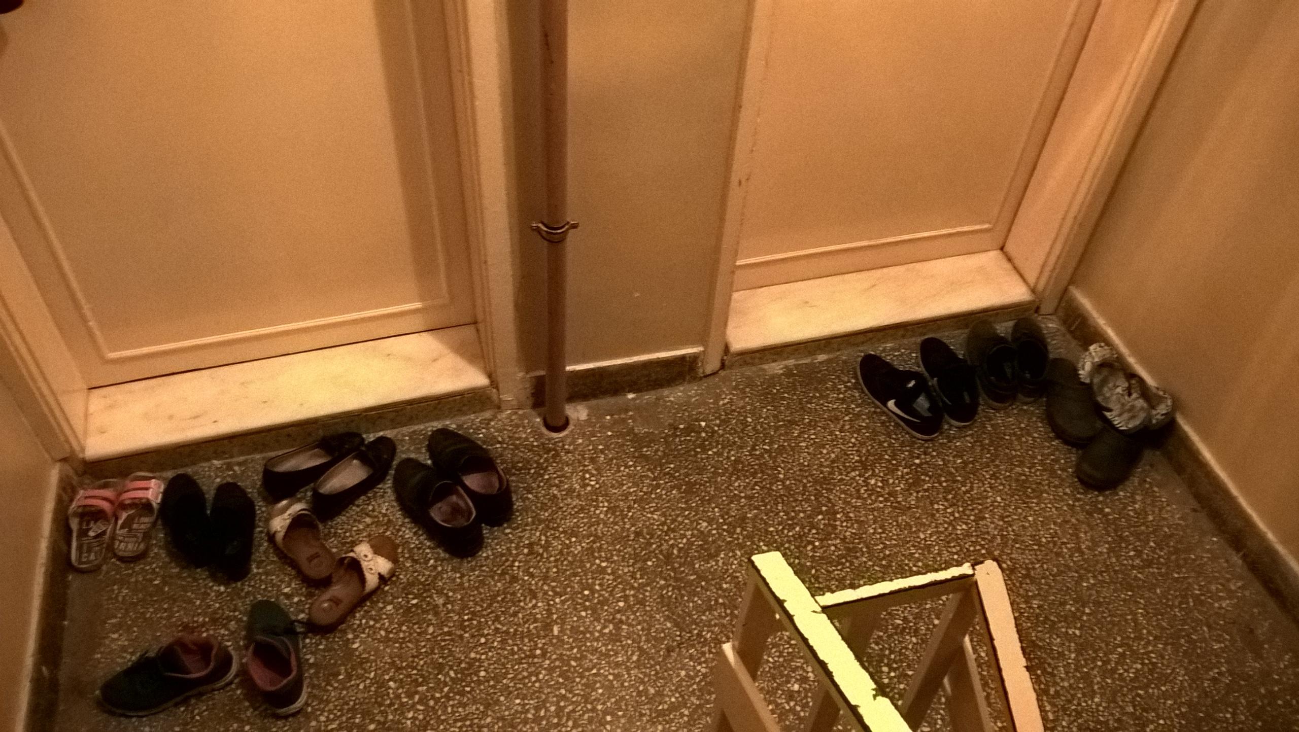 На входе в квартиры граждан Турции оставляют свои башмаки перед входом