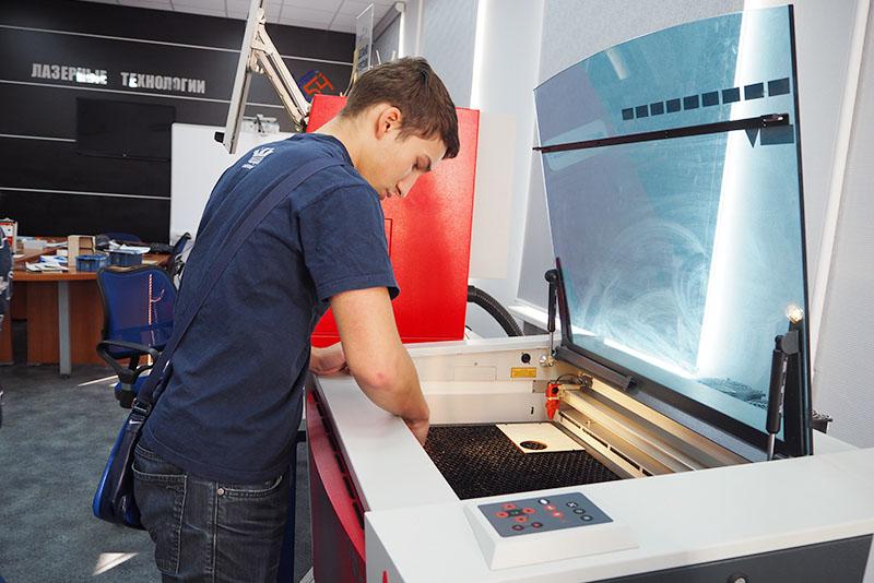 Лазерный гравер Trotec Speedy на производственной площадке в Колледже связи