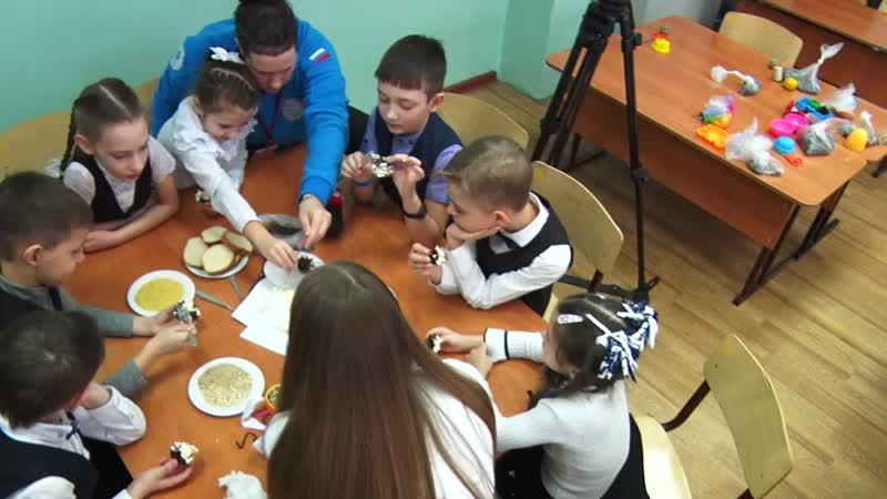 Из масла шишек и крупы Как ачинские школьники делают эко кормушки