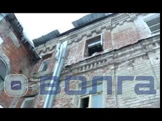 Без отопления, без газа и с разрушеннои крышеи- дом с жильцами не расселяют в центре Нижнего Новгорода