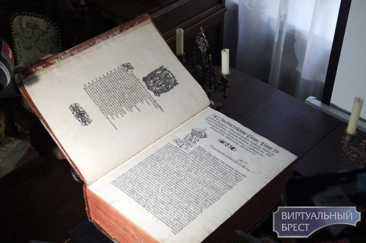 Показываем, как выглядит та самая оригинальная Брестская Библия, которую подарил президент
