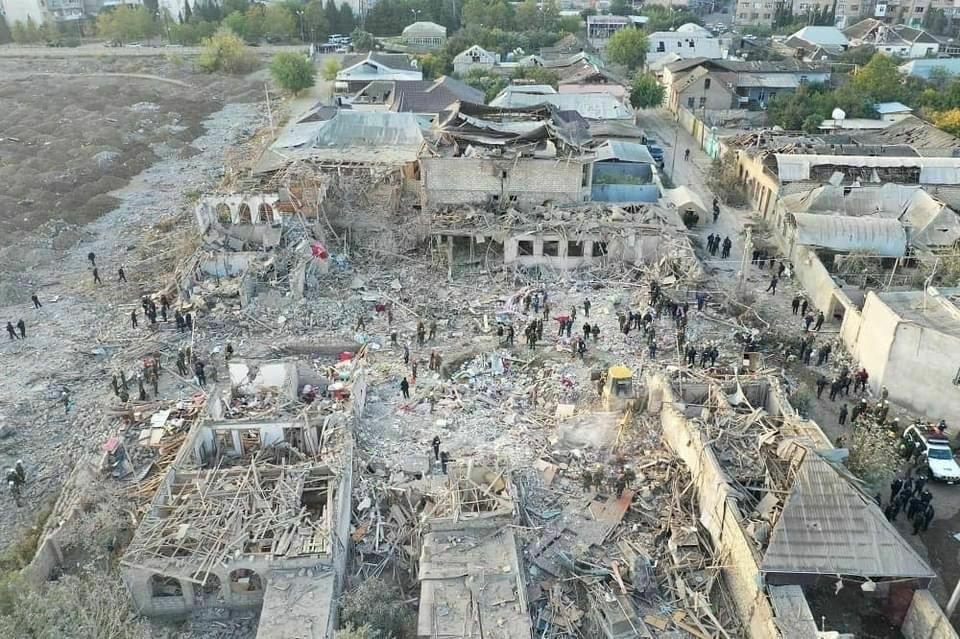 Сегодня ночью был нанесен по городу Гянджа, разрушены более 20 домов, передает корреспондент РИА Новости.