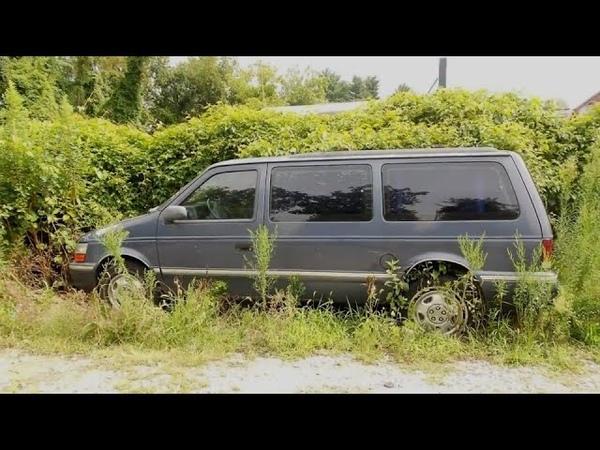 Парень помогает поставить колесо на фургон, затем он видит внутри женщину с двумя маленькими детьми