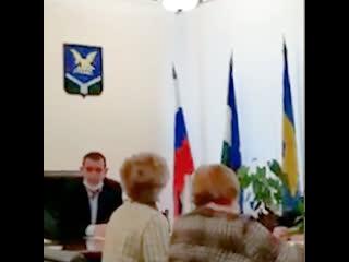 Женщина пожаловалась на чиновников в полицию из-за расстановки флагов