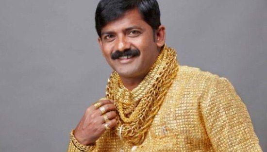 ДАТТА ПХУДЖ ИНДИЕЦ, КОТОРЫЙ НОСИТ РУБАШКУ ИЗ ЧИСТОГО ЗОЛОТА Датта Пхудж - индийский бизнесмен, известный тем, что потратил треть своего годового заработка на золотую рубашку. Пятнадцать ювелиров