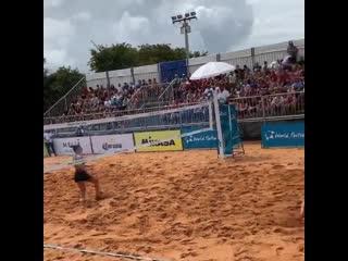 Футбол или волейбол, да ещё и пляжный. Бразильцы знают толк в развлечениях.