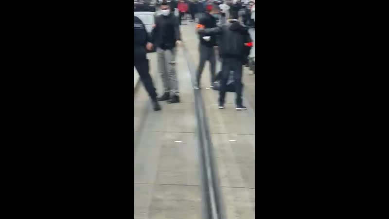 Сотрудники французской полиции отбились от атаки террористов в пригороде Парижа 2