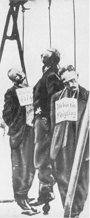 Сильно обработанный вариант снимка. Заметно что это лишь фрагмент первого снимка. Видно что края одежды были обведены краской, и надпись на щитках «Я трус» добавленны при репродукции фрагмента. Источник: Unser Jahrhundert im Bild, Gütersloh 1964