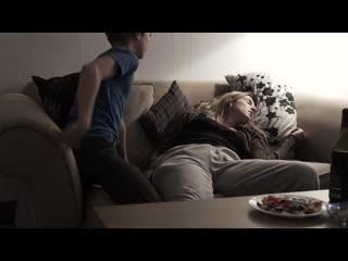 11-летний сын лапает свою пьяную мать (инцест, дала потрогать пизду, мама без трусов, пися мамки)