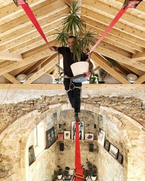 Дизайнер превратил старую церковь в жилой дом: Кухня в алтаре и спальня - на колокольне В северной части Испании расположена старинная церковь середины XVI века. Раньше она функционировала, но в