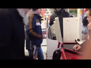 Батюшка залез в ящик с пожертвованиями в супермаркете, когда ему не хватило денег на винишко