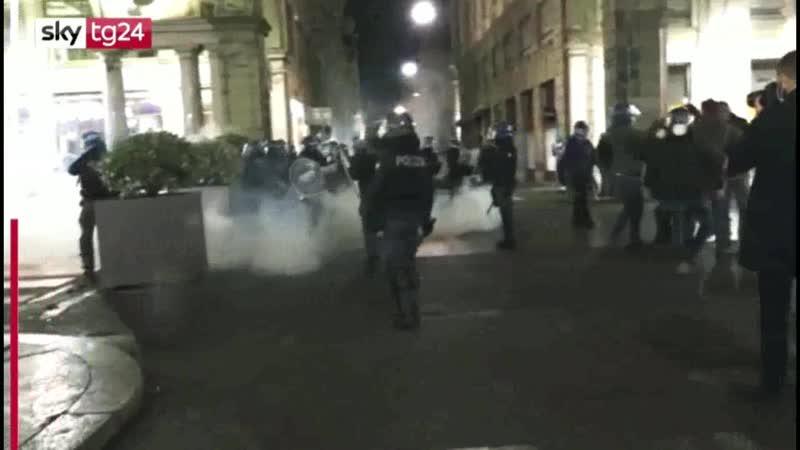 Monta la protesta molotov a Milano saccheggi a Torino tensioni anche a Napoli