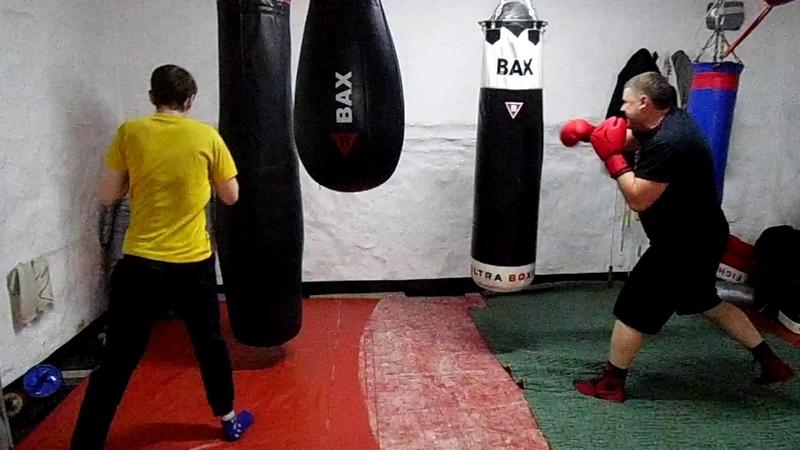 Тренируем одиночные удары с наскоком на тяжелых мешках (Илья и Денис)