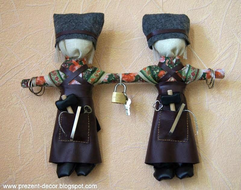 Непременный атрибут праздника — куклы скрутки Кузьма и Демьян