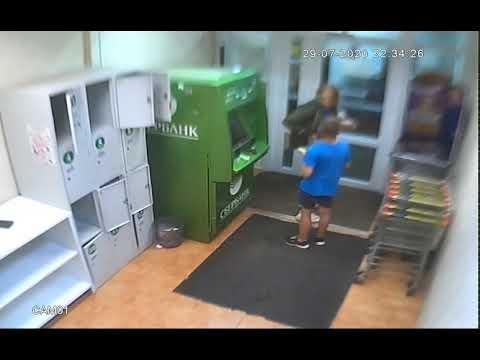 Девушка и ребенок угнали забытый в магазине кошелек