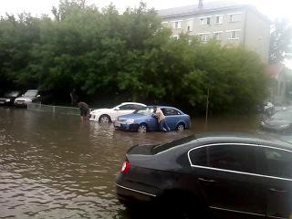 Потоп на улице Спартаковская при въезда на парковку ТЦ Сувар Плаза