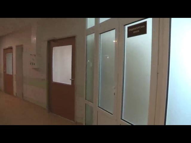 Тітушка Крисін ховається від суду в лікарні. До нього в гості прийшли активісти з журналістами