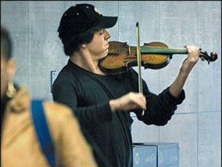 Искусство без рамы. Джошуа Белл играет в метро на скрипке Страдивари за $3,5 млн.