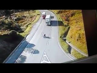 #necro_tv: покажите своим детям это видео! Трое подростков ехали на одном велосипеде и не соблюдали ПДД. Три трупа.
