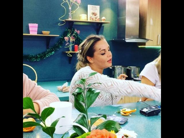 Майя Донцова и Ника Шукурова гадают на ромашке