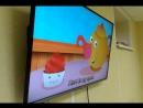 Ребята смотрят детский мультик с веселой песенкой