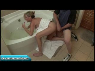 Мамочка застряла рукой в ванне, чем сынок и воспользовался | incest mom son inzest Jodi West MILF инцест мама милфа зрелая секс
