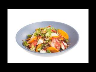 Салат схурмой, свежими овощами икозьим сыром