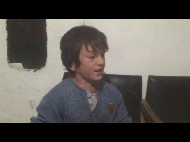Паренек поет песню Последний волчонок в строю