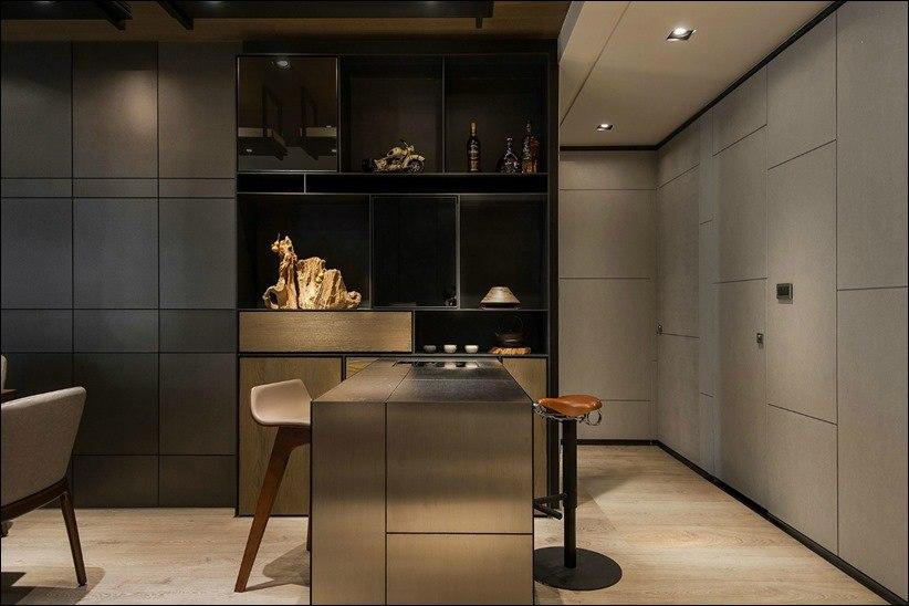 Камень, кожа и дерево в темном интерьере квартиры