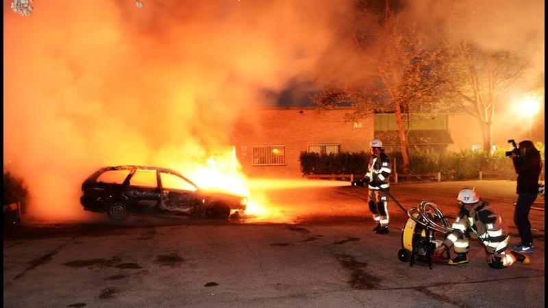 SCHWERE KRAWALLE: Dutzende Autos in Schweden in Brand gesetzt