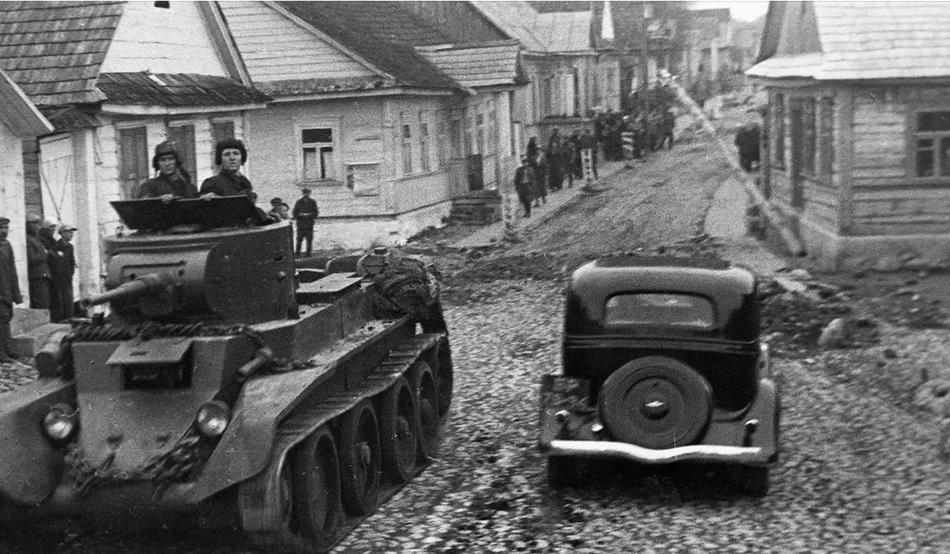 Советские танки в польском городе Ракове в сентябре 1939 года.