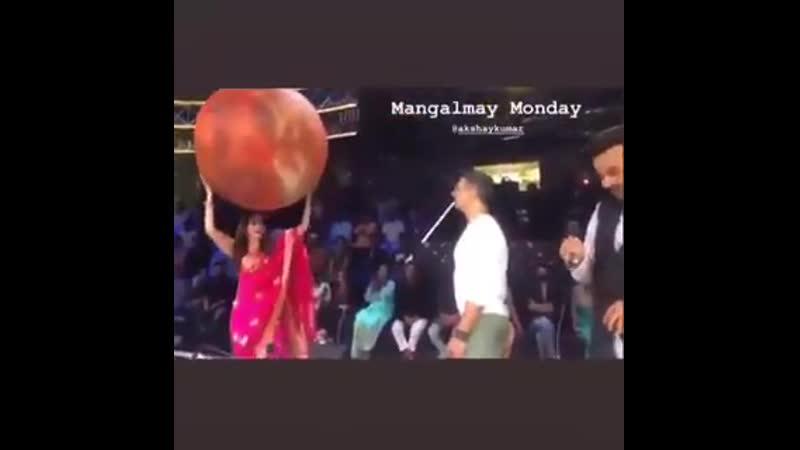 Акшай и Мадхури Дикшит, рекламируя MissionMangal на съёмках DanceDeewane