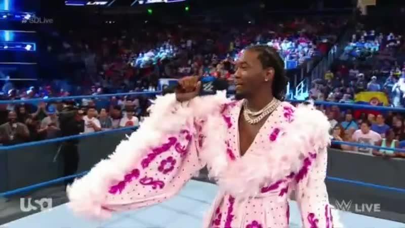 Offset представляет рестлершу Шарлотту Флэр на поединке «WWE»