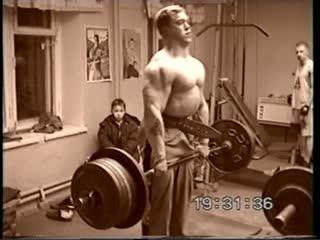 Алексей Серебряков в 18 лет выполняет становую тягу