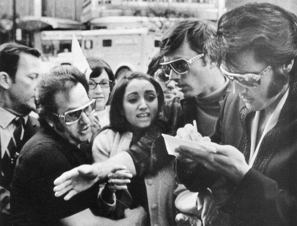 Мадонна берёт автограф у Элвиса, Детройт, 1970 год.