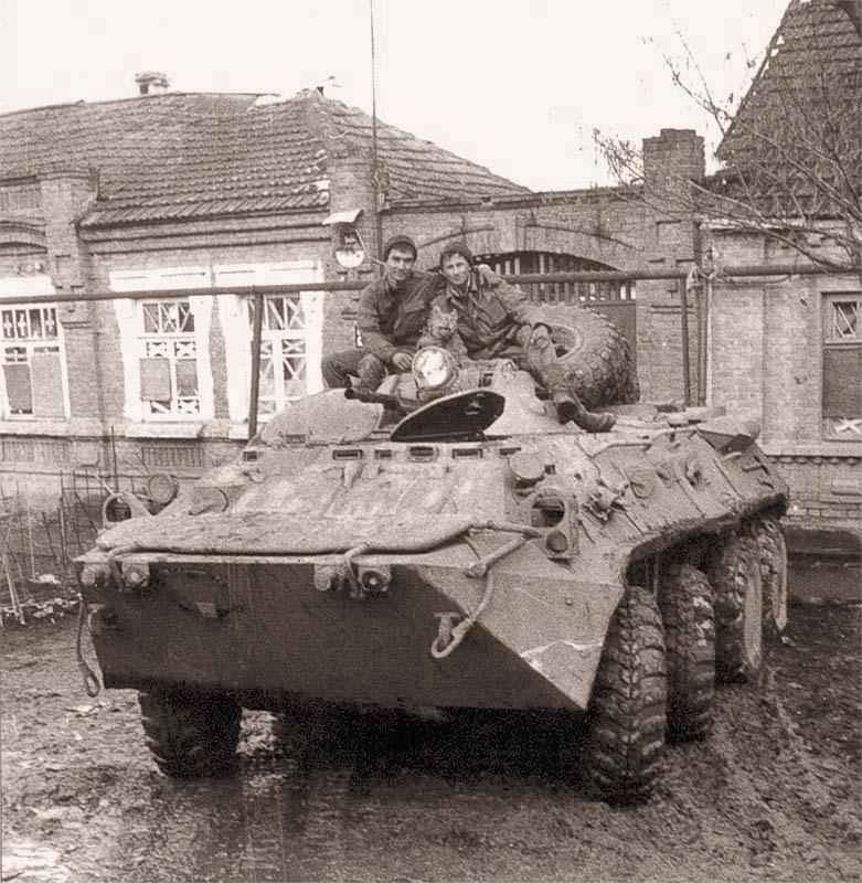 БТР-80 подполковника С. Смолкина с талисманом в виде чучела рыси на башне. Машина активно использовалась на всем протяжении боев за Грозный. Январь 1995 г.