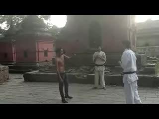 Уличная драка, прохожий против профи