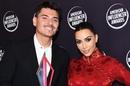 Ким Кардашьян в винтажном красном платье от Dior вручила награду своему визажисту в Голливуде