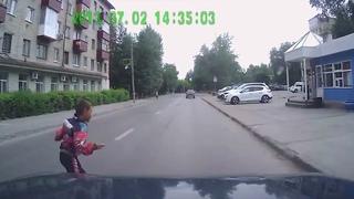 Выскочил из-за припаркованной машины