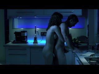 Брюнетка дрочит член парню на кухне. Сцена из фильма Загадка женщины