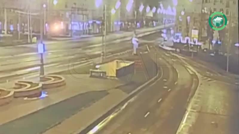 Каршеринговый автомобиль вылетел на пешеходный переход на Ленинском проспекте в Москве