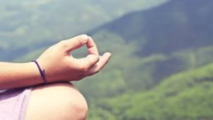 Может ли медитация замедлить процесс старения нашего организма?  KY6OOw8daDI