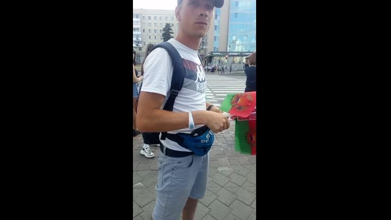 Глухонемой с чужим удостоверение инвалида барыжит флажками у Дворца спорта