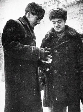 Токарь минского радиозавода имени Ленина Ли Харви Освальд и сотрудник КГБ Павел Головачев на площади Победы в Минске зимой 1961 года
