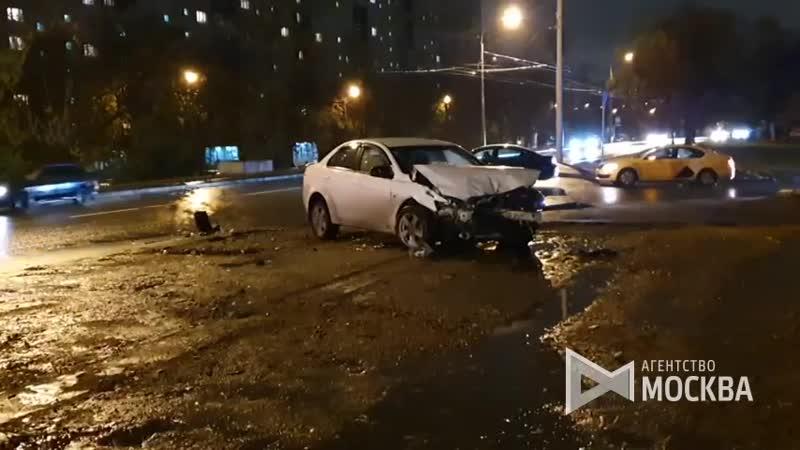 Последствия ДТП с участием двух легковых автомобилей на юго-востоке Москвы