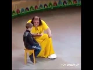 Мальчик так и не понял как дядя клоун это делает)